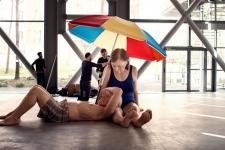 Photo of Տղամարդը և կինը լողազգեստով և անձրևանոցի տակ պառկած են Փարիզի սրահներից մեկում