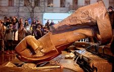 Photo of Կիեւ. Լենինի արձանն այլեւս հուշանվեր է`մասնատված կտորների տեսքով