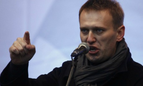 209401-anti-corruption-blogger-alexei-navalny-speaks-from-a-stage-during-a-pr
