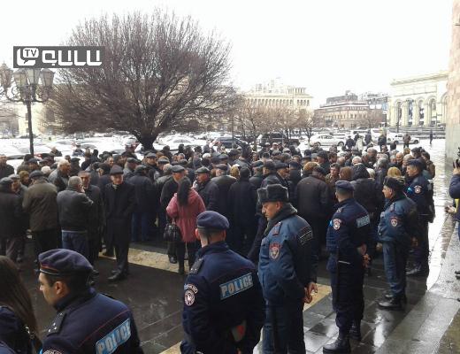 Photo of «Նաիրիտ»-ի աշխատակիցները հերթական բողոքի ցույցն են անցկացնում. կառավարության շենքի դիմաց լարված իրավիճակ է