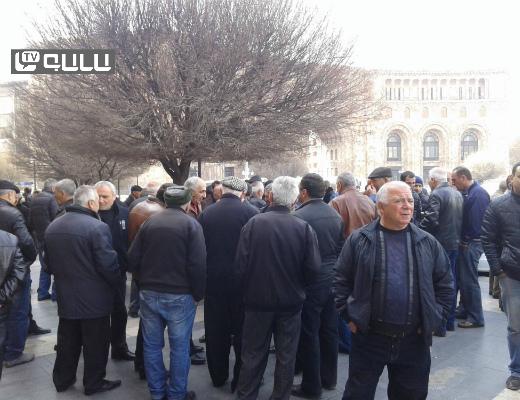 Photo of Նաիրիտցիները շարունակում են բողոքի ցույցերով պահանջել իրենց աշխատավարձերը