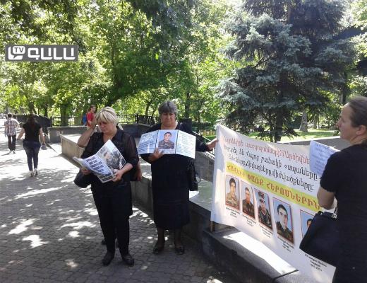 Photo of Սևազգեստ մայրերը դարձյալ Սերժ Սարգսյանի հետ հանդիպում են պահանջում