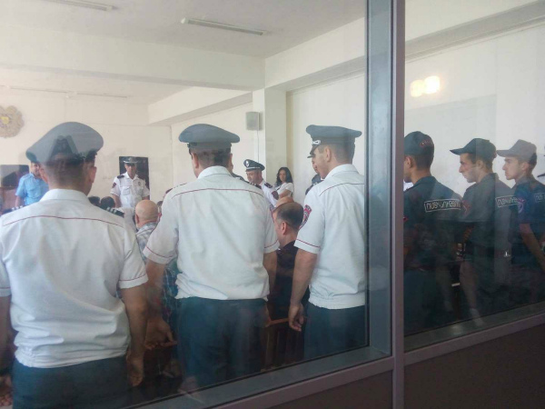 Photo of Փաստաբանները ենթադրում են, որ Սմբատ Բարսեղյանի  եւ Արեգ Կյուրեղյանի նկատմամբ բռնություններ են գործադրվում դատարանի շենքում