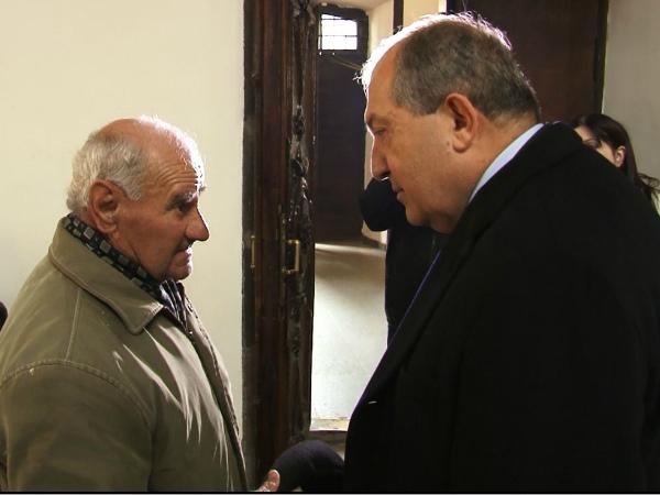 Photo of «Ս. Սարգսյանին փոխանցեք, որ թոշակառուները Գյումրիում սոված են». 80-ամյա գյումրեցին՝ Արմեն Սարգսյանին