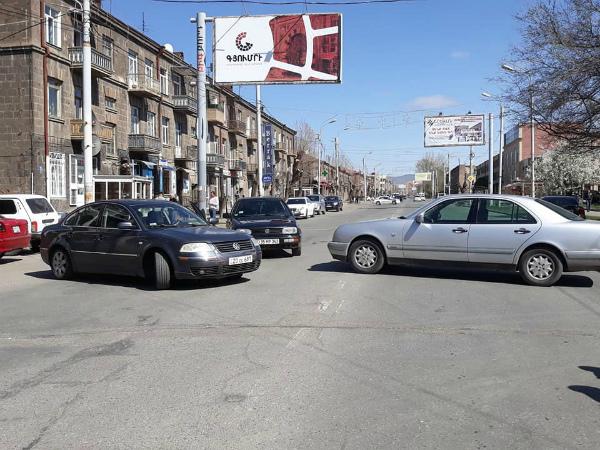 Photo of Գյումրիում շրջափակված է Շիրակի մարզպետարանի շենքը