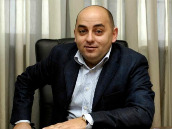Photo of Արման Սահակյանի հովանավորյալ դպրոցի տնօրենը հրաժարականի դիմում է գրել. նա մեղադրվում է կաշառք վերցնելու մեջ