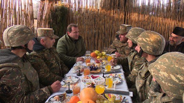 Photo of Исполняющий обязанности  министра обороны РА Давид Тоноян на передовой линии