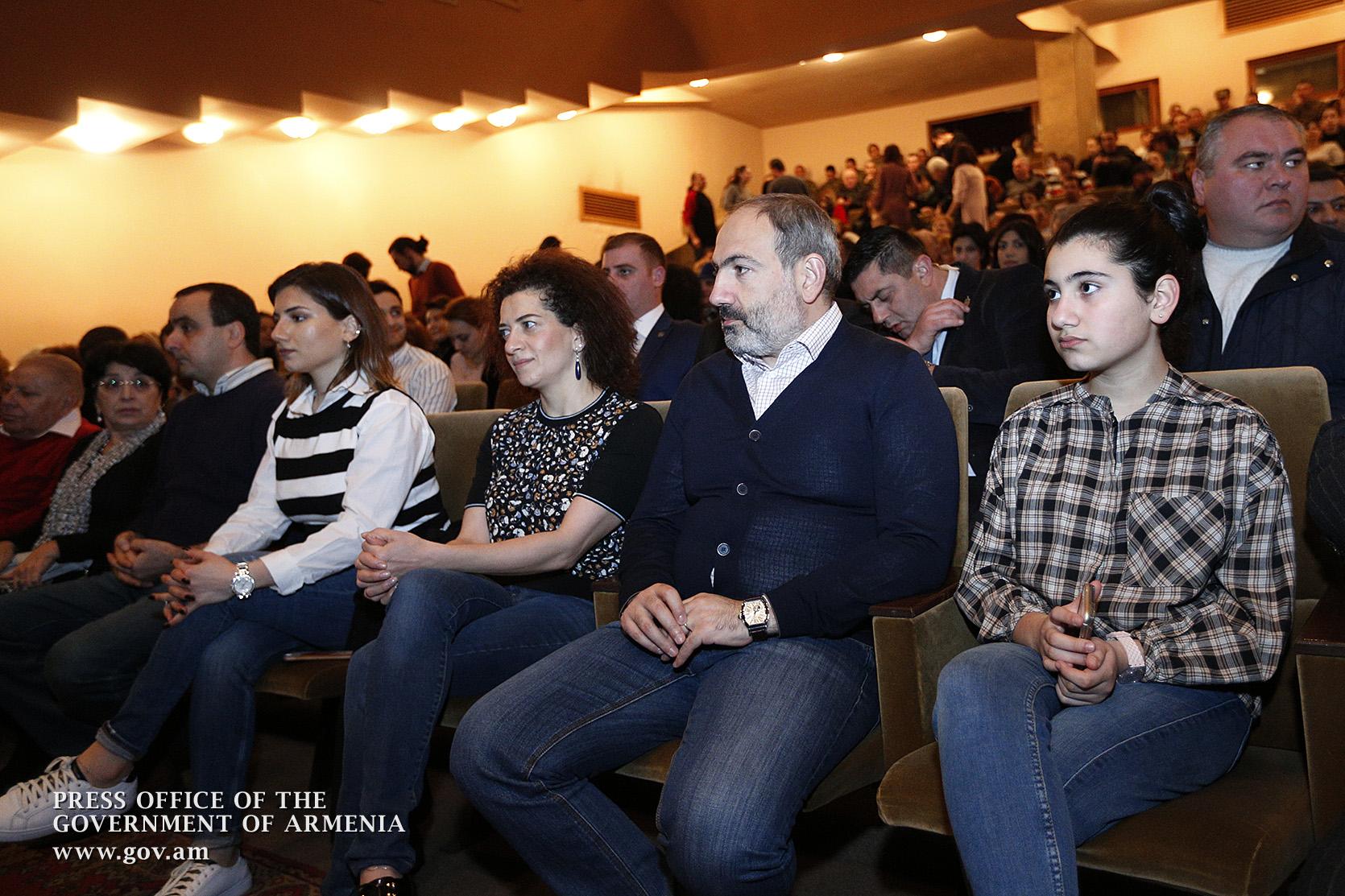 Photo of Նիկոլ Փաշինյանն ու Աննա Հակոբյանը դիտել են  Ն. Գոգոլի «Ռևիզոր» կատակերգական ներկայացումը