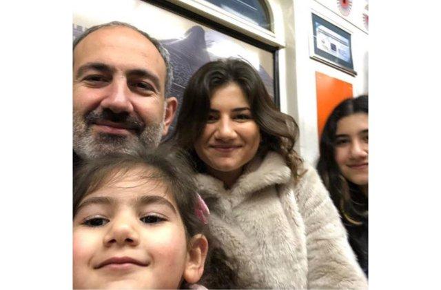 Photo of Նիկոլ Փաշինյանը դուստրերի հետ՝ Երեւանի մետրոպոլիտենում