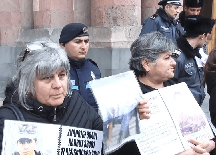 Photo of «Եթե Նիկոլ Փաշինյանը բացահայտված է համարում Մարտի մեկը, էս գործերը ի՞նչ են Մարտի մեկի դիմաց». սևազգեստ մայրերի բողոքի ցույցը