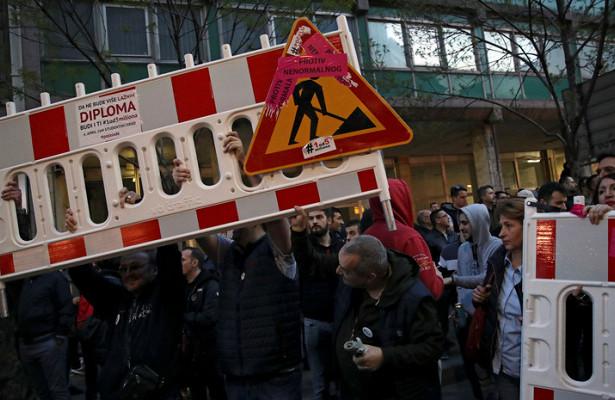 Photo of ВБелграде демонстранты забросали полицию яйцами