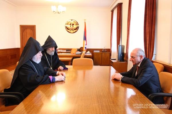 Photo of Բակո Սահակյանը հանդիպում է ունեցել Ամենայն հայոց կաթողիկոսի հետ