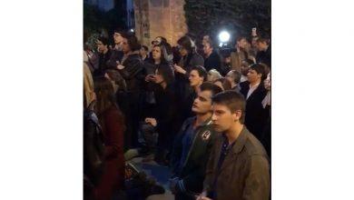 Photo of Ֆրանսիացիները ծնկաչոք Ավե Մարիա են երգում այրվող Աստվածամոր տաճարի մոտ