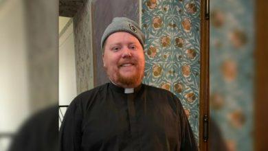 Photo of Так проще: в Финляндии священник встречается с верующими в баре