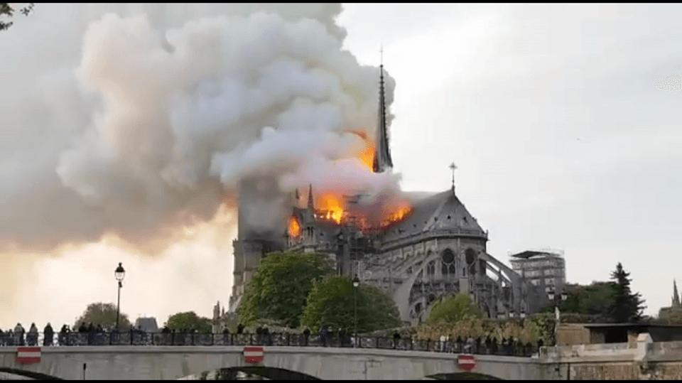 Photo of Горит собор Парижской Богоматери