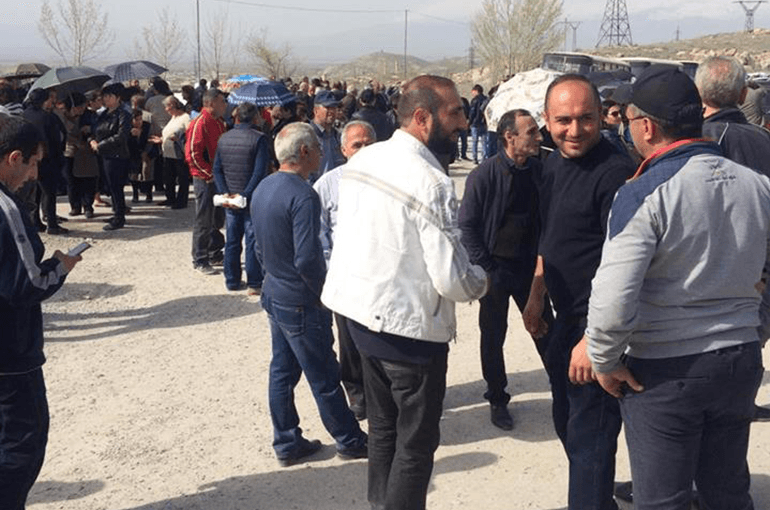 Photo of «Արարատցեմենտի» մոտ 1200 աշխատակից աշխատանքից ազատման ծանուցագիր է ստացել․ ի նշան բողոքի նրանք փակել են գործարան տանող ճանապարհը. tert.am
