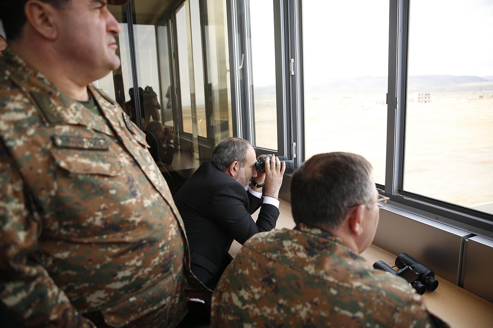 Photo of Премьер-министру представлена новейшая военная техника Вооруженных сил Республики Армения