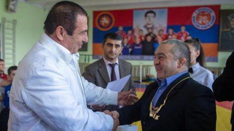 Photo of Գագիկ Ծառուկյանը ոսկե շղթա է նվիրել Լեւոն Ջուլֆալակյանին