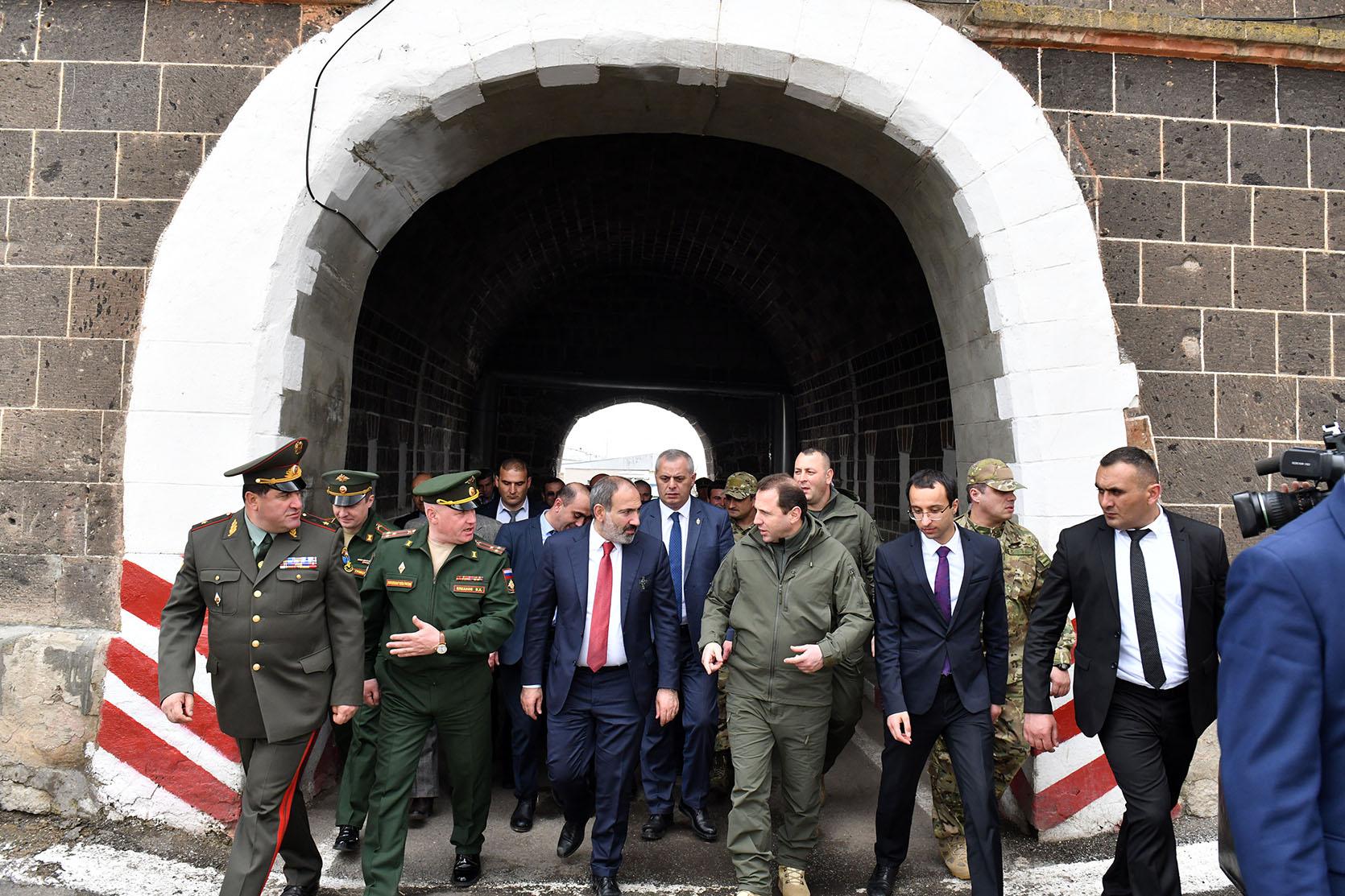 """Photo of Никол Пашинян посетил 102-ю российскую военную базу Гюмри, городской автовокзал и аэропорт """"Ширак"""", встретился с проживающими в домиках гражданами"""