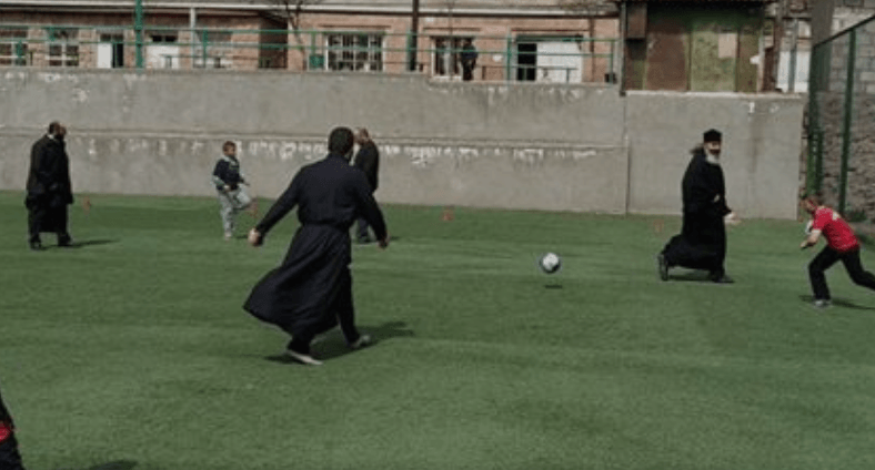 Photo of Սահմանային Մովսես գյուղի հոգեւորականները եւ երեխաները ֆուտբոլ են խաղում