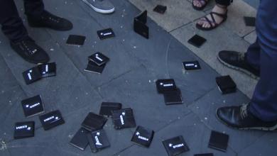 Photo of Демонстранты бросили свои кошельки в сторону здания правительства