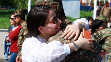 Photo of Ինչպես են Երեւանից մեկնած ծնողները գրկում իրենց զինվոր զավակներին Արցախում