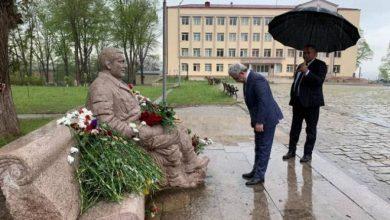 Photo of Серж Саргсян возложил цветы к памятнику воинам, павшим в Великой Отечественной войне и при освобождении Шуши