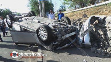 Photo of Խոշոր ավտովթար Երևանում. Եռաբլուր զինվորական պանթեոնի մոտ 28-ամյա վարորդը Nissan-ով բախվել է եզրաքարերին և գլխիվայր շրջվել. նա վթարի մեղավոր է համարում ոստիկանական УАЗ-ին