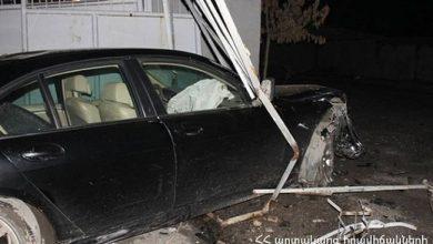 Photo of Մեքենան հարվածել է ՃՈ հենակետի պատին, փլուզել այն, ուղեւորն արգելափակվել է մեքենայում