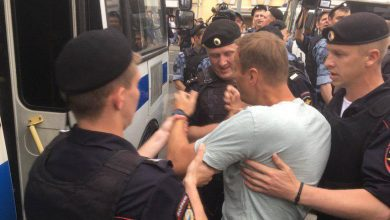 Photo of ОМОН применил дубинки против участников акции в Москве. Людей облили водой из поливальных машин