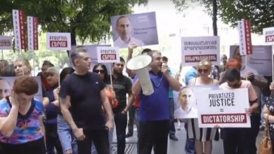 Photo of Ռոբերտ Քոչարյանի աջակիցների բողոքի ակցիան կառավարության շենքի դիմաց