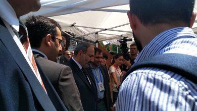 Photo of Премьер-министр проходит мимо павильонов и беседует с предпринимателями