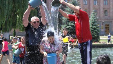 Photo of Վանաձորի քաղաքապետ Մամիկոն Ասլանյանը ջրում է Լուսավոր Հայաստանի ավագանու անդամին