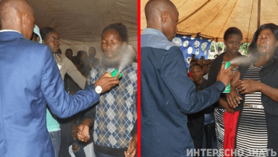 Photo of В Африке пастор ″лечил″ людей опрыскивая их инсектицидом