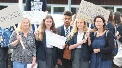 Photo of Юбки под запретом. Школьницы в Англии и их родители возмутились гендерно нейтральной формой