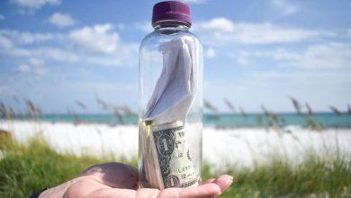 Photo of Женщина из Флориды нашла на пляже бутылку с запиской, деньгами и странным порошком