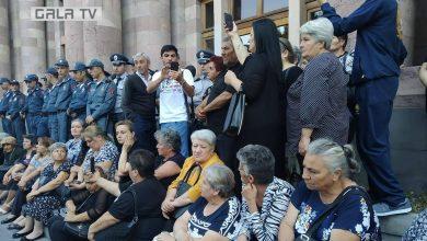 Photo of «Пусть нам вернут наших погибших сыновей, пусть как хотят ,  так нас и содержат», сидячая демонстрация у здания Правительства.
