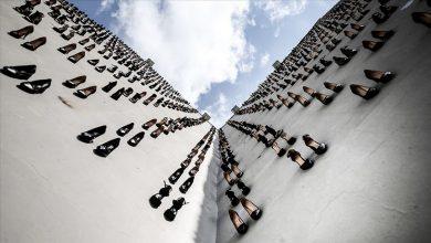 Photo of 2018-ին Թուրքիայում սպանված 440 կանանց խորհրդանշող 440 զույգ կոշիկ է ամրացվել շենքի պատին