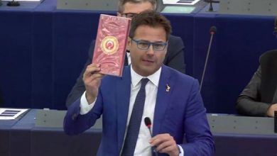 Photo of В СЕ итальянский депутат демонстративно бросил на пол коробку с турецким шоколадом (видеоролик)