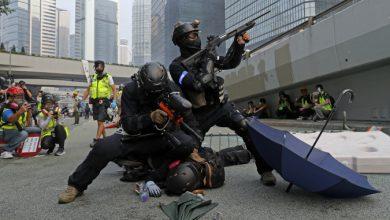 Photo of В Гонконге полиция применила оружие против протестующих