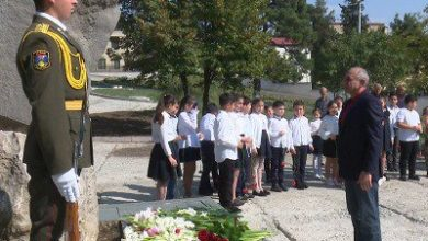 Photo of Բակո Սահակյանն այցելել է Բեկորի անվան պուրակ եւ ծաղկեպսակ դրել հերոսի հուշարձանին
