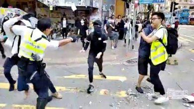 Photo of Полиция в Гонконге опять стреляла боевыми, а сторонника Пекина облили горючей жидкостью и подожгли