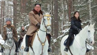 Photo of Ким Чен Ын на белом коне на горе Пэктусан. Что бы это значило?