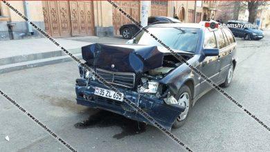Photo of Ավտովթար Շիրակի մարզում. Գյումրիում բախվել են Mercedes-ն ու Opel-ը. Opel-ը մասամբ հայտնվել է մայթին. վիրավորներից մեկը դպրոցական է