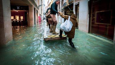 Photo of Фотограф гуляет по затопленным улицам Венеции, делая снимки трагической красоты города Ирина Бадешко