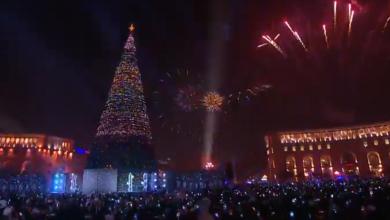 Photo of После зажжения огней главной рождественской елки последовал красивый фейерверк