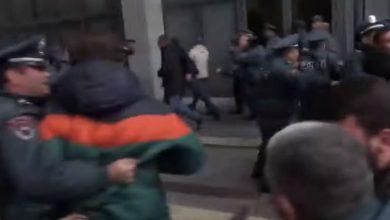 Photo of Բախում ոստիկանների հետ. ՀՅԴ ցուցարարնեը փորձում են ներխուժել ԿԳՄՍ նախարարություն
