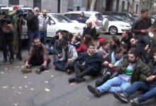 Photo of Ոստիկաններին հաջողվեց ազատել ԿԳՄՍՆ մուտքը․ ՀՅԴ երիտասարդները փակեցին ճանապարհը