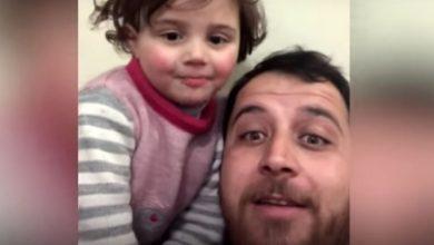 Photo of Смех от взрыва бомбы; в Сирии отец учит 3-летнюю дочь смеяться над взрывом бомбы