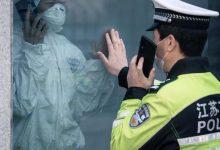 Photo of Вирусное фото: китайский полицейский и его жена общаются через стекло карантинного отделения